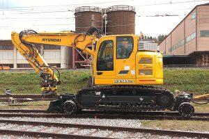 Kettenbagger fährt auf Schienen
