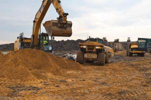 Hydrema-Dumper und Bagger bei der Arbeit im Sand