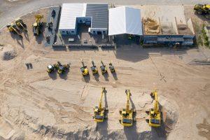 Diverse Baumaschinen auf dem Test- und Demogelände der Komatsu Driving Academy aus der Vogelperspektive