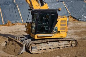 Der CAT 325 NG beim Einbau von Recyclingmaterial