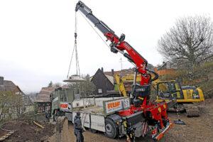 Der Fassi Ladekran wird mithilfe der F7-Fernsteuerung bewegt