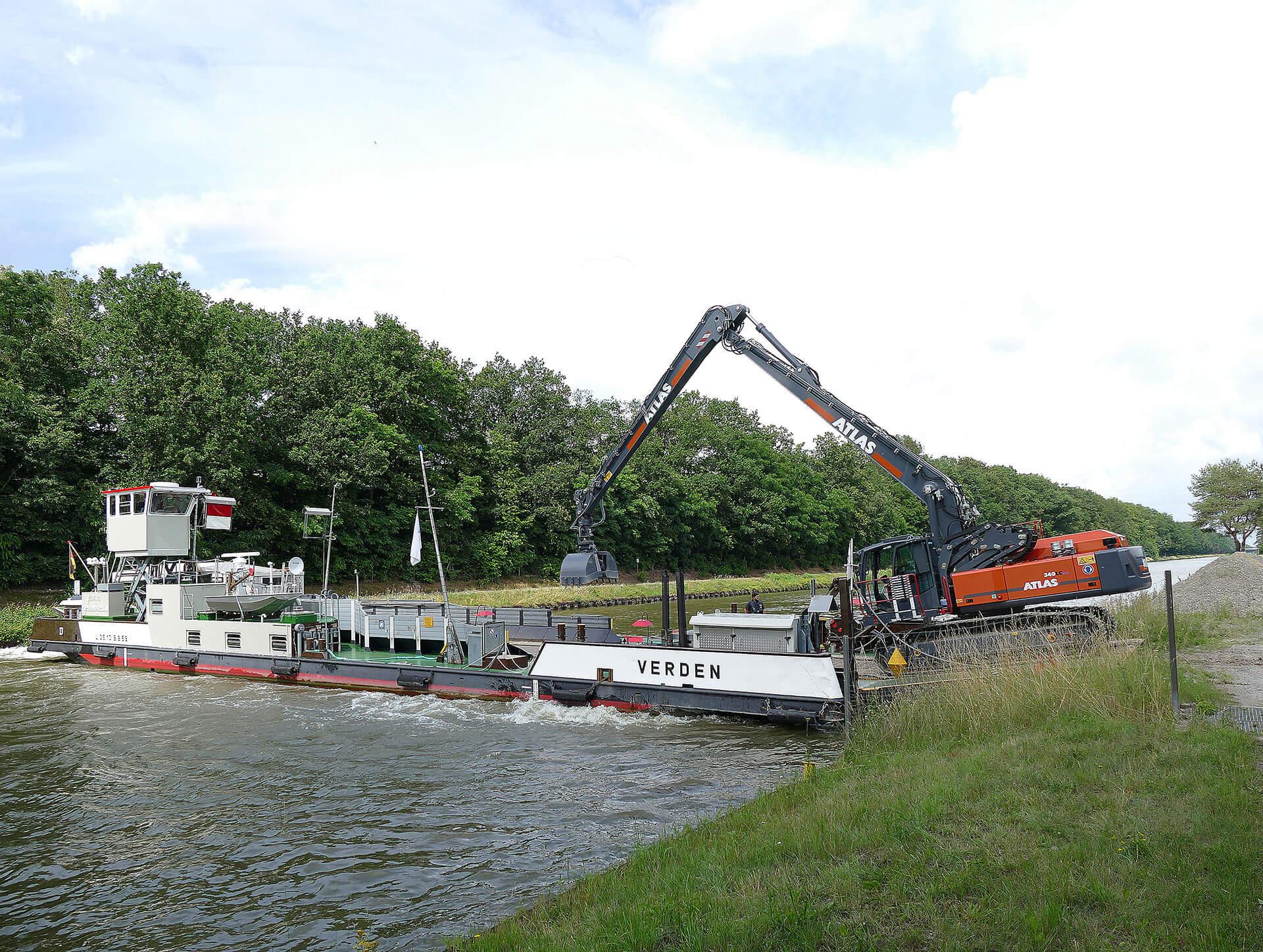You are currently viewing Schwimmender Einsatz mit Atlas Kettenbagger